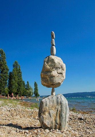 平衡的石头,有趣的艺术 - 无法无天 - 只求快乐