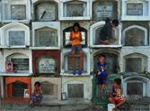 菲律宾活人居住墓地与死人为伴。