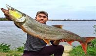男子钓到12.5公斤�鱼