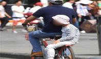 街头共享单车花式载人