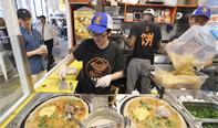 中国煎饼在美国走红,其中烤鸭味最受人们欢迎。